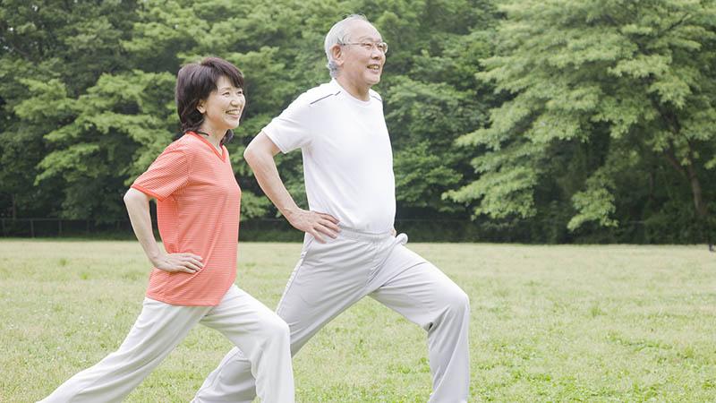Phòng ngừa bệnh đau lưng ở người già giúp ba mẹ sống vui khỏe