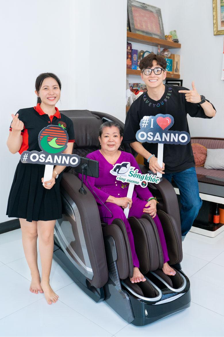 Ngô Kiến Huy tặng mẹ ghế massage Osanno tặng mẹ