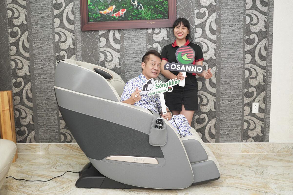 Nghệ sỹ Minh Nhí  thích thú trải nghiệm ghế massage Osanno Os 200
