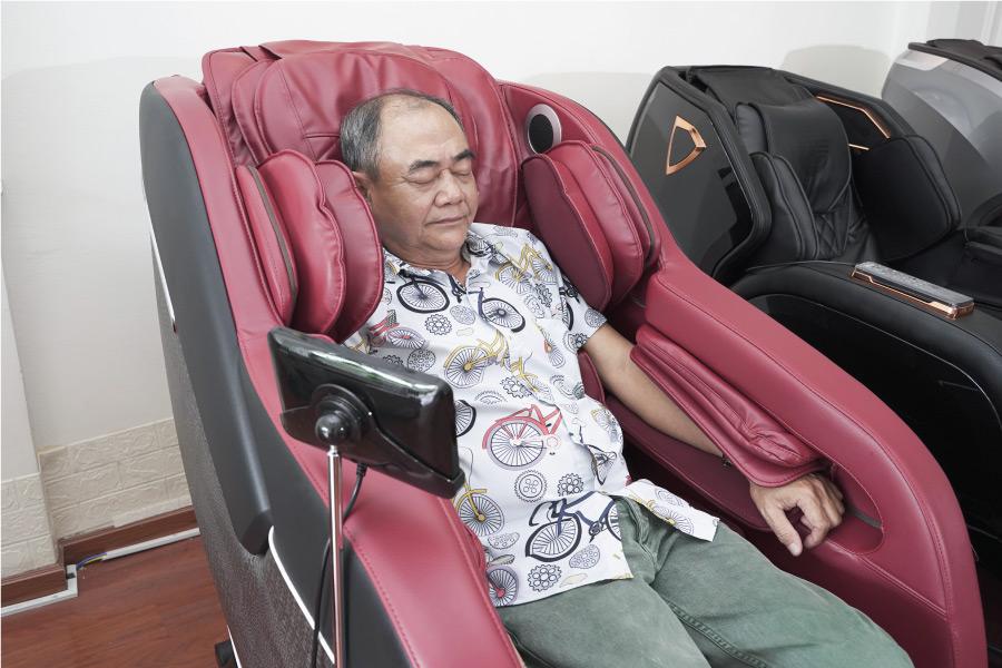 NSND Việt Anh sử dụng ghế massage Osanno OS 300