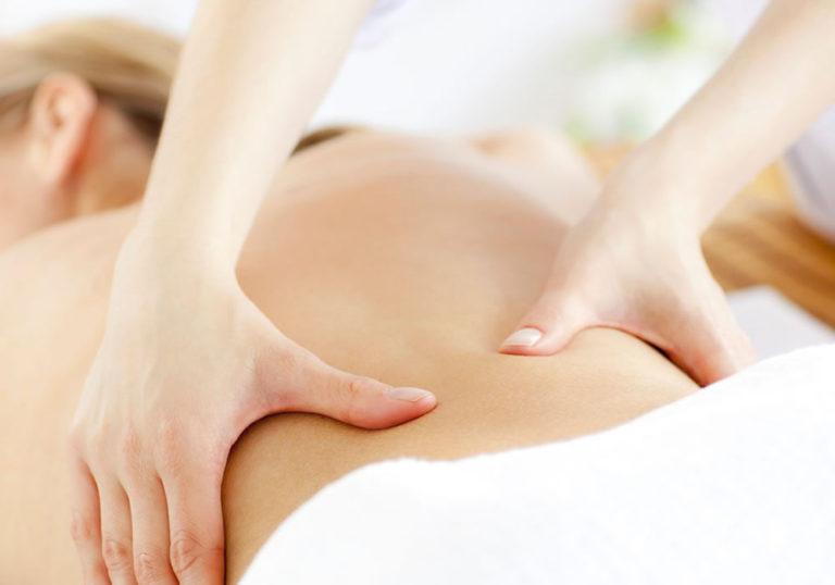massage lưng giúp giảm đau